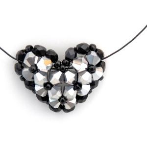 Szív alakú medálos nyaklánc - fekete és ezüst, Ékszer, Nyaklánc, Anyák napja, Ünnepi dekoráció, Dekoráció, Otthon & lakás, Gyöngyfűzés, gyöngyhímzés, Ezüst színű üvegkristályt fekete kásával és csiszolt gyönggyel párosítva készítettem el ezt a szív a..., Meska