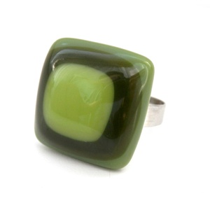 Zöld négyzetes üveggyűrű, Ékszer, Gyűrű, Statement gyűrű, Üvegművészet, Fusing (olvasztásos) technikával készítettem ezt a zöld (világos, olíva) színű négyzet alakú és mint..., Meska
