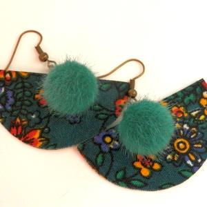 Zöld alapon virágos mintás, legyező alakú textil fülbevaló pompom-mal (bobe40) - Meska.hu