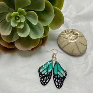 Türkiz pillangó, Ékszer, Fülbevaló, Ékszerkészítés, Zsugorka, Türkiz pillangószárny fülbevaló\nMérete szerelék nélkül 4cm, Meska