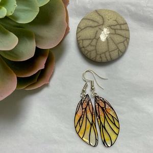 Sárga pillangószárny fülbevaló, Ékszer, Fülbevaló, Ékszerkészítés, Zsugorka, Sárga-narancs színű pillangószárny fülbevaló.\nMérete szerelék nélkül 3,5cm, Meska