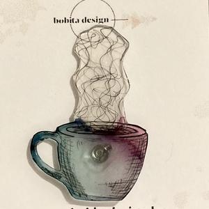 Egy bögre tea kitűző - kék-lila, Ékszer, Kitűző & Bross, Kitűző, Ékszerkészítés, Zsugorka, Kézzel rajzolt gőzölgő teás/kávésbögre kékes-lila színben.\n\nMérete kb.4,5x3cm, Meska
