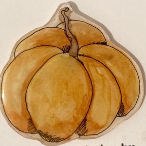 Tökös kitűző, Ékszer, Kitűző & Bross, Kitűző, Ékszerkészítés, Zsugorka, Kézzel rajzolt tök mintázatú kitűző narancs színben.\n\nMérete kb.3,5x4cm, Meska