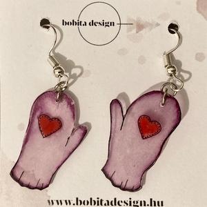 Kesztyű fülbevaló - rózsaszín, Ékszer, Fülbevaló, Lógós kerek fülbevaló, Ékszerkészítés, Zsugorka, Kézzel rajzolt kesztyű alakú fülbevalók szív mintázattal rózsaszín színben, átlátszó.\nA kesztyűk mér..., Meska
