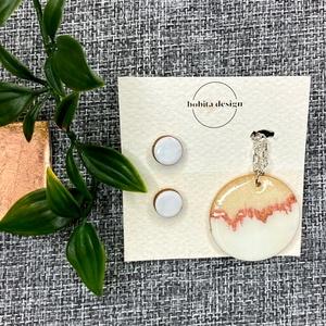 Geoda ékszer szett - Fehér, Ékszer, Ékszerszett, A Geoda ékszer szett egy pár fülbevalót és egy nyakláncot tartalmaz a fülbevalókhoz passzoló színben..., Meska