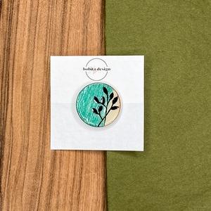 Inda kitűző - Zöld, Ékszer, Kitűző és Bross, Kitűző, Az Inda kitűző fa alapra készült, a festés után is megtartotta természetes textúráját. A minta kézze..., Meska