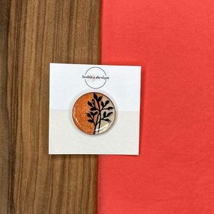 Inda kitűző - Narancs, Ékszer, Kitűző és Bross, Kitűző, Az Inda kitűző fa alapra készült, a festés után is megtartotta természetes textúráját. A minta kézze..., Meska