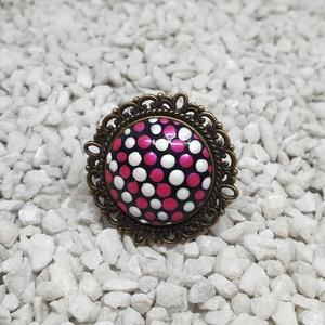 Magenta pöttyös gyűrű, Ékszer, Gyűrű, Magenta-fehér gyöngyházfényű pöttyös gyűrű antik bronz foglalatban.  Festett üveglencsés ékszer. Akr..., Meska