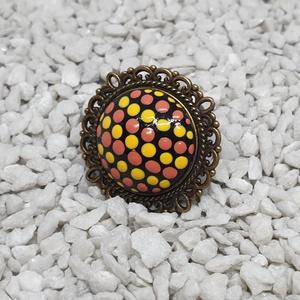 Sárga-korall pöttyös gyűrű, Ékszer, Gyűrű, Sárga-korall pöttyös gyűrű antik bronz foglalatban.  Festett üveglencsés ékszer. Akrillal festve, la..., Meska