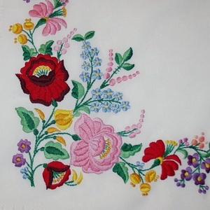 Kalocsai mintás terítő, Otthon & Lakás, Lakástextil, Ezt a gyönyörű mintát puppets hímző fonallal hímeztem. Ez a minta is a '80-as évekből származik. A k..., Meska