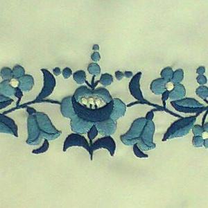 Menyasszonyi ruhára díszítő sáv és gyűrűpárna, Táska, Divat & Szépség, Magyar motívumokkal, Ruha, divat, Esküvői ruha, Hímzés, Noémi részére készítettem ezt a díszítő sávot és gyűrűpárnát.\n3 fajta kék és fehér puppets hímző fon..., Meska