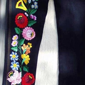 Kalocsai mintával hímzett farmernadrág, Ruha & Divat, Női ruha, Nadrág, Ezt a kalocsai mintát Kordonet selyem fonallal hímeztem.  A megrendelő által küldött ruhadarabra hím..., Meska