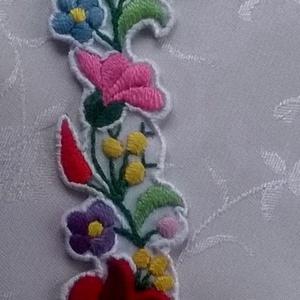 Kalocsai karkötő, Ékszer, Karkötő, Fonott & Szövött karkötő, Puppets perlé fonallal hímeztem ezt az aranyos kis kalocsai mintát. Alapja fehér műszálas anyag. A s..., Meska