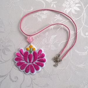 Hímzett virág /nyaklánc/, Ékszer, Medálos nyaklánc, Nyaklánc, Pink színű kordonet selyem fonallal hímeztem ki ezt a virágot és nyakláncot készítettem belőle. A vi..., Meska