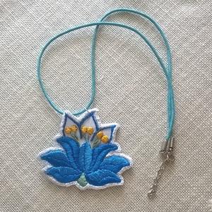 Türkiz virág, Ékszer, Nyaklánc, Medál, 2 fajta türkiz színű selyem fonallal hímeztem ki ezt az aranyos kis virágot,Bibe sárga, szára zöld. ..., Meska