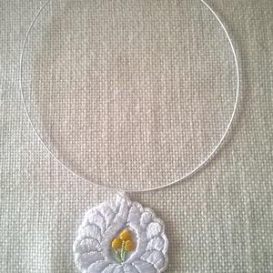 Hímzett nyaklánc, Ékszer, Nyaklánc, Medál, Ezt a nagyon szép kalocsai virágot fehér kordonet hímző  fonallal hímeztem. A színezéstől ismét elté..., Meska