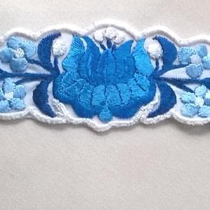 Hímzett karkötő, Ékszer, Karkötő, 3 fajta nagyon szép kék és fehér  selyem fonallal hímeztem ezt a karkötőt. A minta kalocsai, de a sz..., Meska