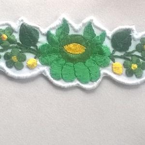 Hímzett karkötő, Ékszer, Karkötő, Nagyon gyönyörű zöld színekkel hímeztem ki ezeket a virágokat. 3 fajta zöld, a virágok közepe sárga...., Meska