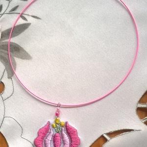 Hímzett virág /nyaklánc/, Ékszer, Nyaklánc, Nagyon szép kalocsai virág, sötét és világos rózsaszín fonallal  hímeztem, Bibe sárga, szára zöld. A..., Meska