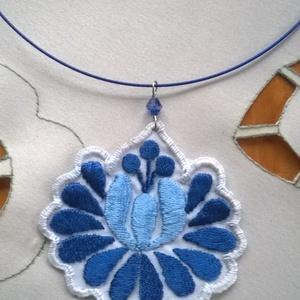 Hímzett virág /nyaklánc/, Ékszer, Nyaklánc, Medálos nyaklánc, Nagyon szép v.kék és s.kék selyem fonallal hímeztem ezt a  virágot. Alapja fehér műszálas anyag. A v..., Meska