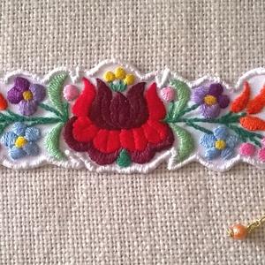 Karkötő kalocsai mintával, Ékszer, Karkötő, Széles karkötő, Ebből az aranyos kis mintával karkötőt készítettem. Perlé fonallal hímeztem. Alapja fehér műszálas a..., Meska