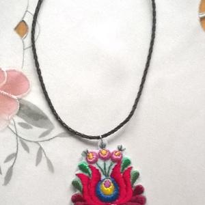 Matyó virág /nyaklánc, Ékszer, Nyaklánc, Hosszú nyaklánc, Fehér filcre hímeztem ezt a matyó virágot, eredeti Mátra selyemmel. Fekete fonott műbőr nyakláncalap..., Meska