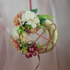 Ajtódísz, Esküvő, Esküvői dekoráció, Otthon & lakás, Dekoráció, Dísz, Lakberendezés, Ajtódísz, kopogtató, Virágkötés, Pasztell színekbe pompázó, makramé fonalból készült betűvel díszített köszönő koszorú. Tökéletes ajá..., Meska