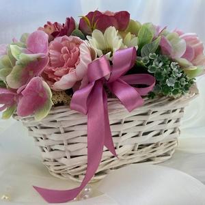 Virágkosár, Esküvő, Esküvői dekoráció, Otthon & lakás, Dekoráció, Dísz, Lakberendezés, Asztaldísz, Virágkötés, Romantikus fehér fonott virágkosár, pasztell rózsaszín selyemvirággal, kiegészítőkkel.\nKosár mérete:..., Meska