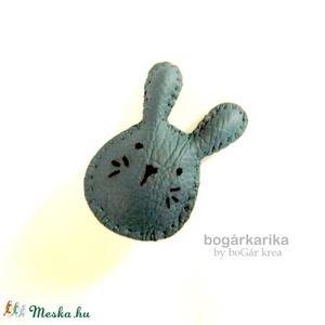 Nyuszi kitűző - szürke textilbőr (boGarkrea) - Meska.hu