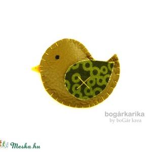 Madárka kitűző - olajzöld textilbőr, Ékszer, Kitűző, bross, Textilbőrből varrtam, kézzel öltögettem ezt a tavaszi madárka kitűzőt, végül puha pufira tömtem.  Mé..., Meska