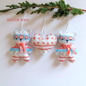 Karácsonyi mackók szívvel - 3 db - karácsonyi dísz, függeszthető dekoráció, Otthon & lakás, Dekoráció, Dísz, Ünnepi dekoráció, Karácsonyi, adventi apróságok, Karácsonyfadísz, Karácsonyi dekoráció, Varrás, A karácsonyi kollekció részeként készültek ezek a díszek.  Az általam megrajzolt figurát kézzel vág..., Meska