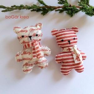 Piros mackók - csíkos + feliratos - 2 db - karácsonyi dísz, függeszthető dekoráció, Karácsony & Mikulás, Karácsonyfadísz, A piros-fehér kollekció részeként készültek ezek a díszek.  Az általam megrajzolt figurát kézzel vág..., Meska