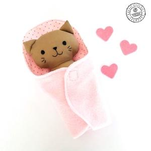 Bébi cica pólyában -  rózsaszín csíkos nadrágban, Játék & Gyerek, Cica, Plüssállat & Játékfigura, Minden darab egyedi, kézzel készült, így garantáltan nem lesz ilyen senki másnak! :)  Kiváló minőség..., Meska