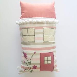 Szundi párna - rózsaszín házikó, virágzó bokrétával hímezve, Gyerek & játék, Otthon & lakás, Játék, Plüssállat, rongyjáték, Lakberendezés, Hosszúkás kispárna, amit jó megölelni, ráfeküdni, hozzá bújni, pihe-puha, kellemes tapintású, szeret..., Meska