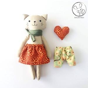 Avar, öltöztethető cica lány, kabala szívvel, Gyerek & játék, Játék, Játékfigura, Plüssállat, rongyjáték, A cica testét és ruháit pamut anyagból varrtam saját szabásminta alapján, puha poliészter tömőanyagg..., Meska