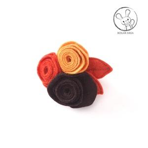 Filcrózsa kitűző, avar, Ékszer, Kitűző, Kitűző & Bross, Három kézzel készített gyapjúfilc rózsa ékesíti ezt a kitűzőt. Alapja kétféle csattal rendelkezik: e..., Meska