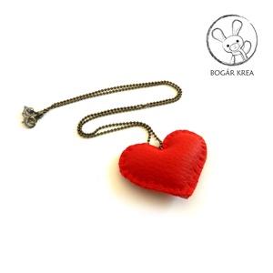 Piros szív nyaklánc, Ékszer, Medálos nyaklánc, Nyaklánc, Kézzel öltögetett textilbőr szív medál függ fekete bogyós fém láncon. A medál mérete kb. 5,5x4,5 cm,..., Meska