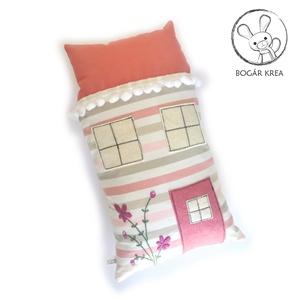 Szundi párna - rózsaszín házikó, virágzó bokrétával hímezve, Otthon & Lakás, Párna & Párnahuzat, Lakástextil, Hosszúkás kispárna, amit jó megölelni, ráfeküdni, hozzá bújni, pihe-puha, kellemes tapintású, szeret..., Meska
