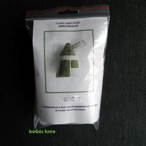 Csináld magad készlet - házikó kulcstartó - zöld, DIY (leírások), DIY (Csináld magad), Egységcsomag, Egységcsomag, Egy darab, házikót formázó textil kulcstartó készíthető el ennek az egységcsomagnak a segítségével. ..., Meska