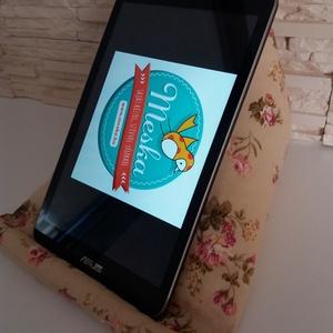 Tablet, telefon és kütyütartó párna - bézs, romantikus virágokkal - Meska.hu