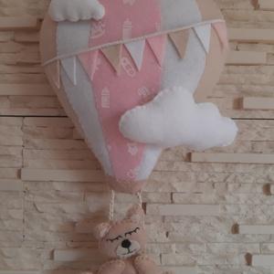 Babaszoba dekoráció - hőlégballonos maci (halvány rózsaszín), Otthon & Lakás, Dekoráció, Falra akasztható dekor, Mindenmás, Varrás, Meska