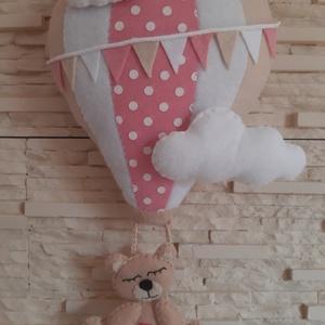 Babaszoba dekoráció - hőlégballonos maci (rózsaszín), Otthon & Lakás, Dekoráció, Falra akasztható dekor, Mindenmás, Varrás, Meska