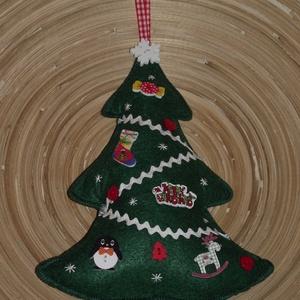 Karácsonyfa ajtódísz (007.), Dekoráció, Otthon & lakás, Ünnepi dekoráció, Karácsony, Karácsonyi dekoráció, Lakberendezés, Ajtódísz, kopogtató, Varrás, A karácsonyfát filcből varrtam! Gombokkal és szalaggal díszítettem.\nBelsejét vatelinnel tömtem ki.\n\n..., Meska