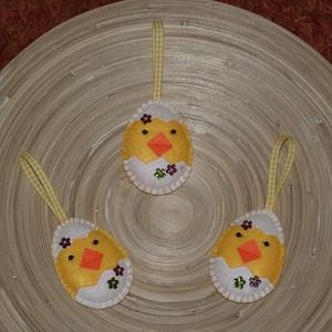 Húsvéti kiscsibe tojásban (009.), Dekoráció, Otthon & lakás, Húsvéti díszek, Ünnepi dekoráció, Varrás, A tojásokat filcből varrtam. A kiscsibe szemei gyöngyök, a tojásokat virág alakú gyönggyel díszített..., Meska