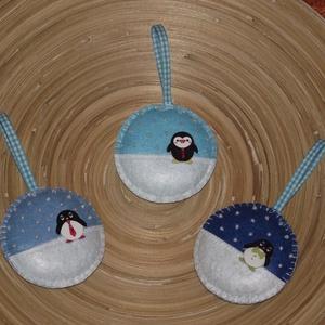 Pingvines gömb karácsonyfadísz (015.), Otthon & lakás, Dekoráció, Ünnepi dekoráció, Karácsony, Karácsonyfadísz, Varrás, A gömböket filcből varrtam. \nGyöngyökkel és pingvines fa gombokkal díszítettem!\nBelsejét vatelinnel ..., Meska