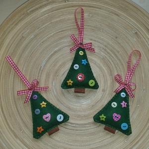 Gombos fenyőfa karácsonyfadísz (004.), Karácsonyfadísz, Karácsony & Mikulás, Otthon & Lakás, Varrás, A karácsonyfákat filcből varrtam, 6 db különböző gombbal díszítettem, a tetejére kockás masnit varrt..., Meska