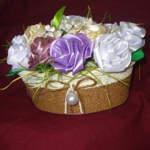 Ajándékkosár, Csokor & Virágdísz, Dekoráció, Otthon & Lakás, Varrás, Selyemszalagból kézzel varrt virágokkal teli ez a kosár.Kenderzsinórozott kész dobozba  tettem 12 va..., Meska