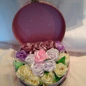 Rózsabox csattos díszbőröndben, Lakberendezés, Otthon & lakás, Asztaldísz, Anyák napja, Ünnepi dekoráció, Dekoráció, Varrás, Nagyon szép dekordobozban helyeztem el a 16 db pasztellszínű rózsát. Selyemszalagból kézzel varrtam ..., Meska
