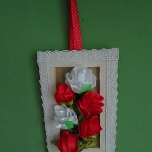 Rózsás falikép, Otthon & lakás, Dekoráció, Kép, Varrás, Fa keretes kis falikép díszítésre és ajándékozásra. 6 gyönyörű, kézzel varrt szalagrózsa díszíti és ..., Meska