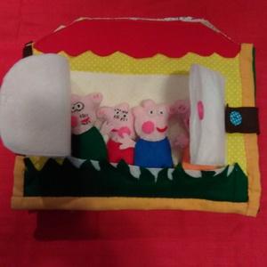 Peppa család textilkönyv, Gyerek & játék, Játék, Készségfejlesztő játék, Plüssállat, rongyjáték, Játékfigura, Varrás, Patchwork, foltvarrás, 10 oldalon lehet a család figuráival tevékenykedni. A malackák enyhén tömött síkfigurák, minden olda..., Meska